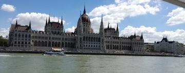 Il parlamento ungherese visto da un battello sul Danubio