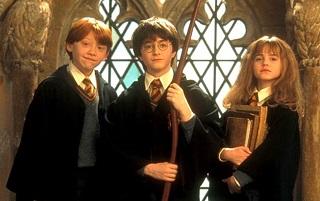 Harry Potter coi suoi amici Ron Weasley e Hermione Granger nel primo capitolo della saga