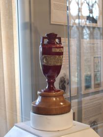 l'urna con gli storici Ashes