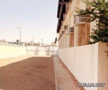 """أزمة مباني مدرسية بـ""""عرعر"""" تنتهي بـ""""طابور صباحي"""" في الشارع"""