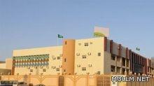 """امرأة تهدد معلما بالـ""""عصا"""" أمام إحدى مدارس الرياض"""