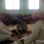 مغردون يتداولون صورة لطالبين يتناولان الإفطار مع معلميهما