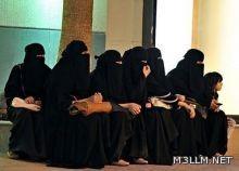 """(المعلمات يُهددن بالإضراب) والدة طالبة تعتدي على معلمة بالضرب والرفس داخل فصل دراسي بـ""""فيصلية الرياض"""""""