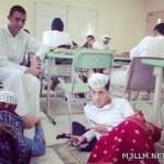 صورة: طلاب يفترشون الفصل أمام المعلم تثير ضجة في الأوساط التعليمية