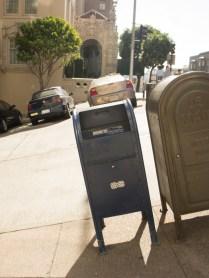 boite aux lettres penchées dans rue penchée - San Francisco - Californie
