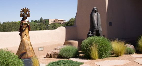 Statues devant le musée des cultures amérindiennes - Santa Fe - Museum of Indian arts and culture