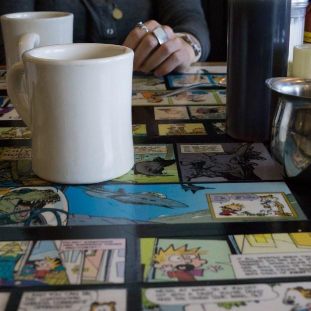 Allston Diner- Allston Diner- table avec comics