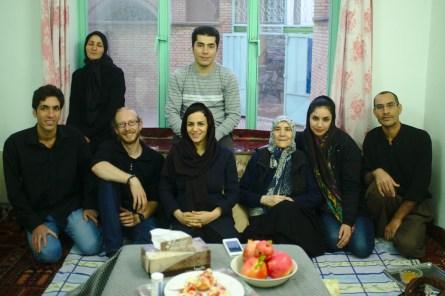Toudeshk: Ehe man sich versieht sitzt man bei einer Tasse Tee mit einer Familie am Tisch