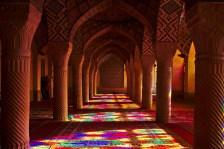 Shiraz: Die Nasir al-Mulk Moschee lockt Besucher früh morgens mit einem beeindruckenden Farbenspiel