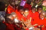 Die Kinder des Dorfes bei ihrem ersten Kontakt mit einem Weißen