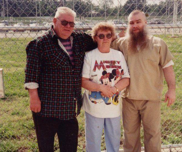 Los padres de Steve le visitan en prisión antes de 2003.