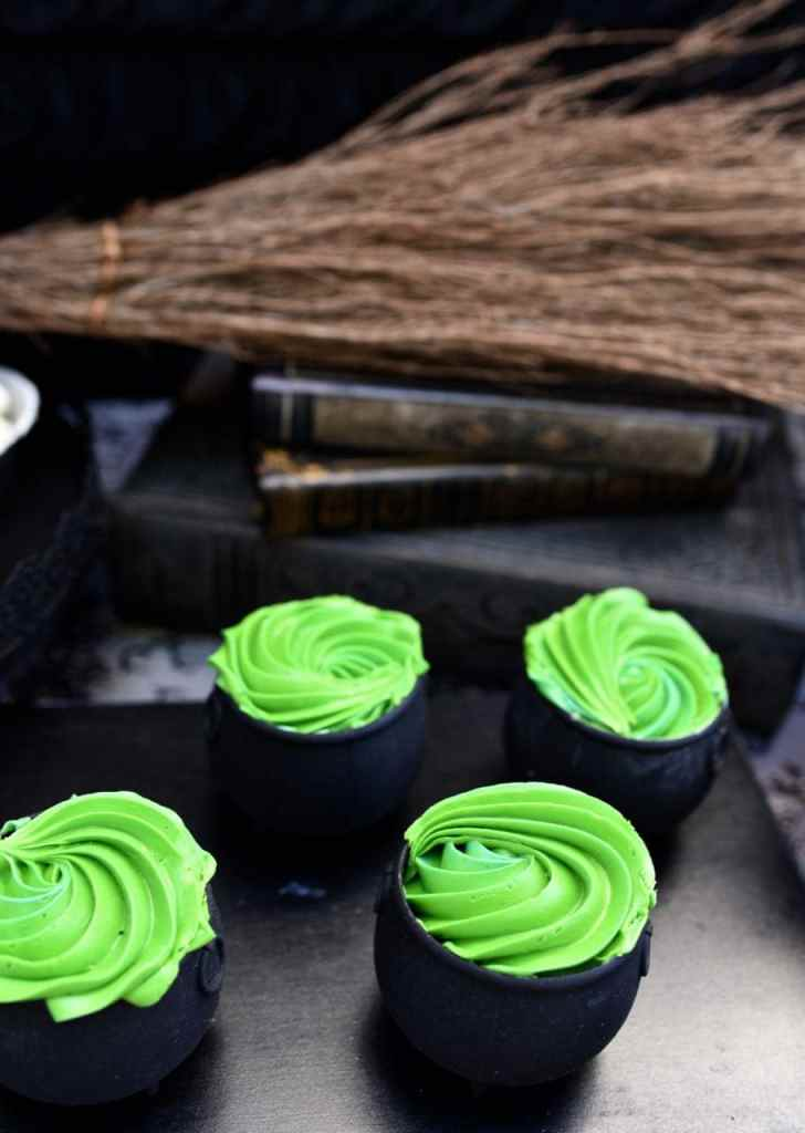 Cauldron cupcakes for a witch party. Easy and cute