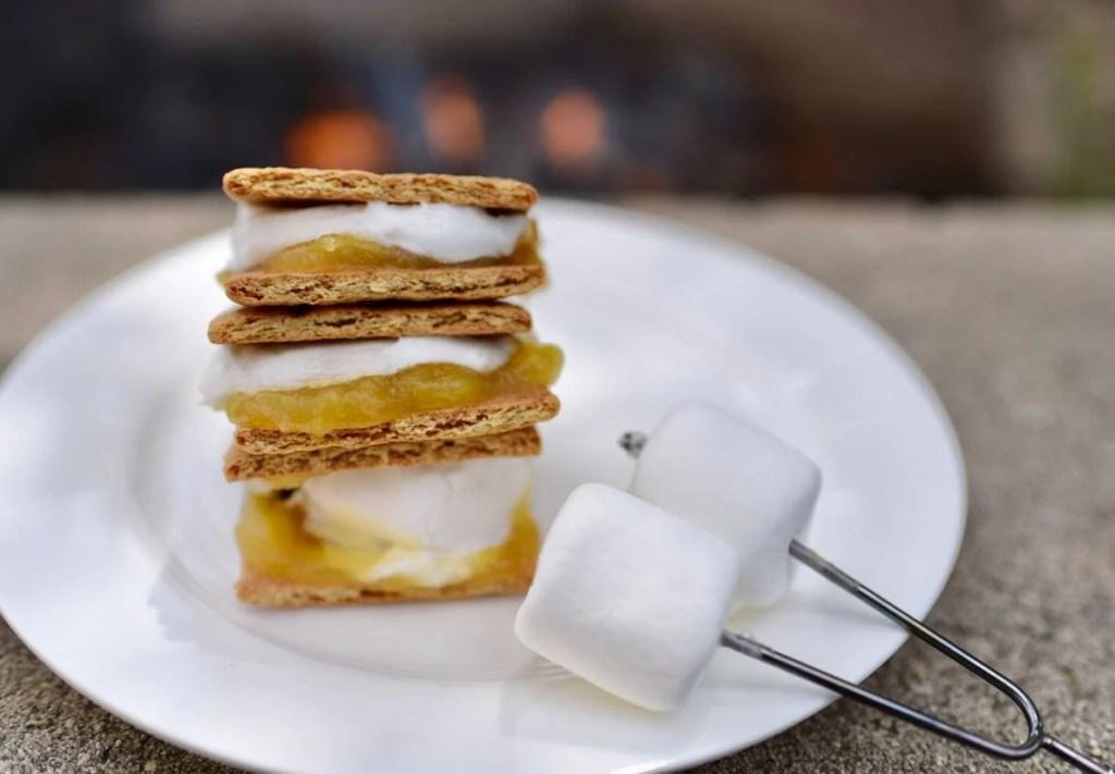 Lemon meringue s'mores recipe that tastes just like lemon meringue pie!