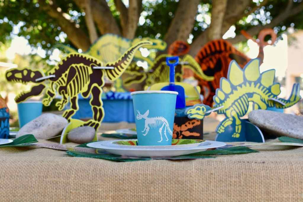 DIY dinosaur cups with Cricut Explore Air 2 for dinosaur party