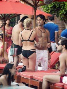 Margot-Robbie-Bikini-Focus-film-2015-5