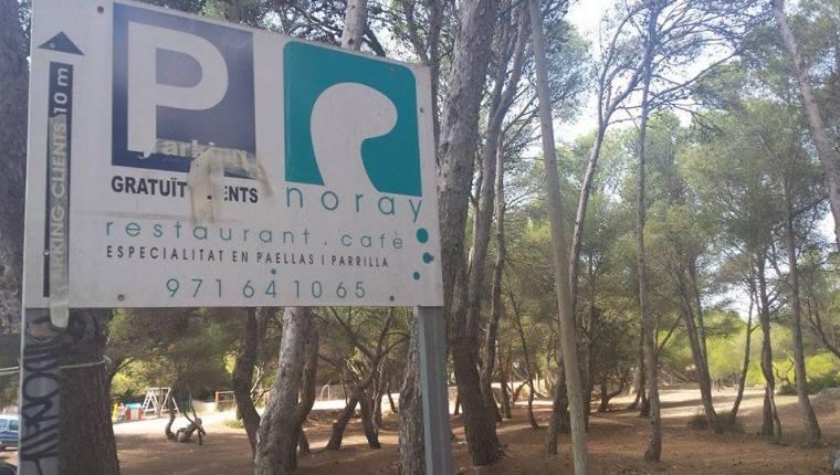 Gesperrter Parkplatz am Es Trenc auf Mallorca
