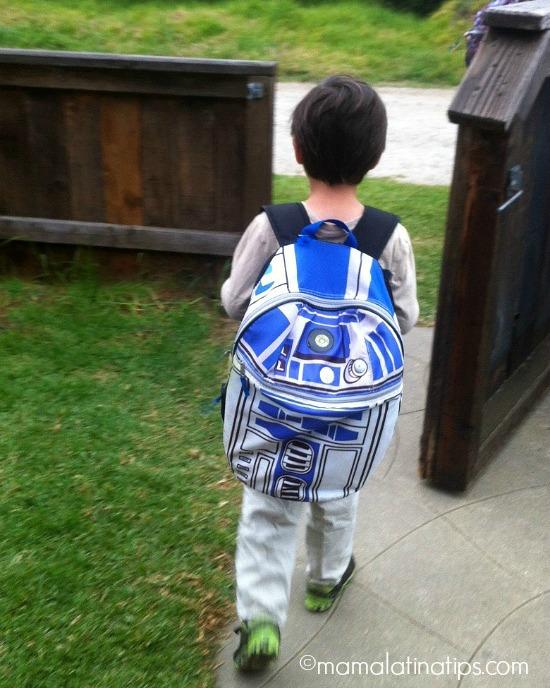Niño de camino a la escuela con mochila azul por mamalatinatips.com