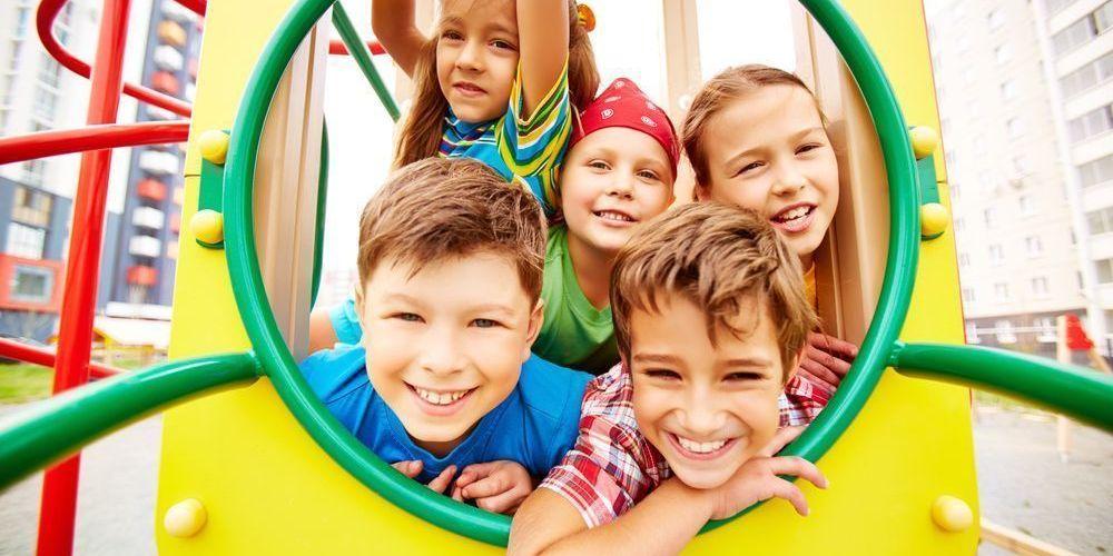 niños jugando en el parque felices