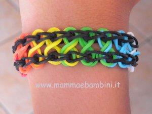 Video braccialetto con elastici color arcobaleno