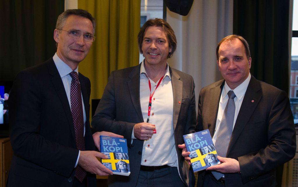 Jens Stoltenberg og leder av Socialdemokraterna Stefan Löfven med forfatter av Blåkopi, Wegard Harsvik. Foto: Arbeiderpartiet/Flickr.