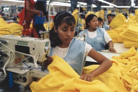 Er fundamentet for økonomisk analyse basert på realitetene av en overfylt og uproduktiv «sweatshop»? Her fra en sweatshop som lager klær i Asia. Foto: marissaorton