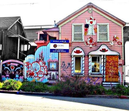 Når offentlig gjeld går ned, øker den private gjelden, for eksempel til å kjøpe fargerike hus. Foto: Brave Heart/ Flickr