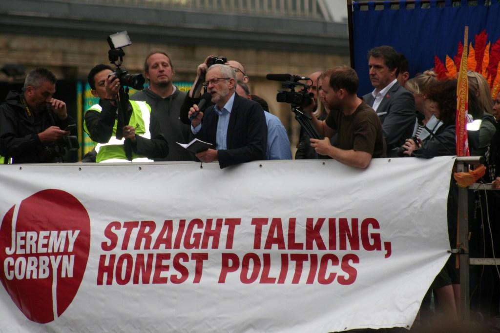 Jeremy Corbyn taler på en samling i Liverpool. Foto:  Kevin Walsh/ Flickr