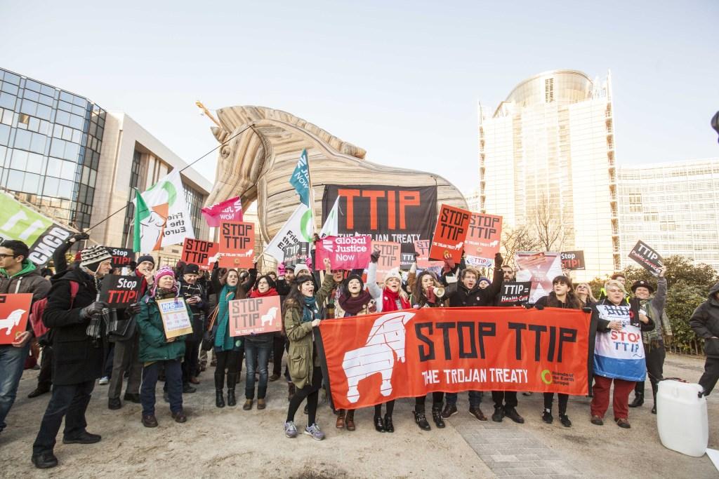 Nasjonalstatene gir fra seg makt til overnasjonale organer som EU og handelsavtaler som TTIP. Her er en demo mot sistnevnte som en trojansk hest. Foto: Mehr Demokratie/ Flickr