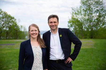 Lederne i Miljøpartiet De Grønne er de to nasjonale talspersoner Une Aina Bastholm og Arild Hermstad. Modellen med to talspersoner bør videreføres, mener artikkelforfatteren. Foto: MDG