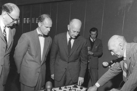 Sveriges statsminister Tage Erlander (til venstre) er med på åpningen av Nea kraftverk i 1960 med sin norske kollega Einar Gerhardsen. Foto: TEV. CC BY SA 3.0