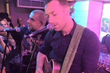 chris-martin-coldplay-delhi-acoustic-india-480x426