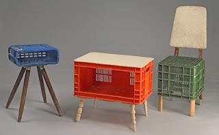 Muebles con cajas de frutas de colores