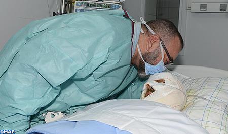 جلالة الملك يزور الشخص المصاب الذي تطلب نقله إلى المركز الاستشفائي الجامعي بمراكش إثر حادثة السير على الطريق السيار بين مراكش و أكادير