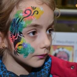 Maquillaje infantil de colores con un pájaro