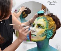 Beatriz Martínez maquillando una sirena