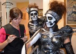 Beatriz Martínez maquillando para las fiestas de moros y cristianos de Orihuela