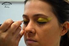 Beatriz Martínez maquilla los ojos en dorado para las fiestas de moros y cristianos