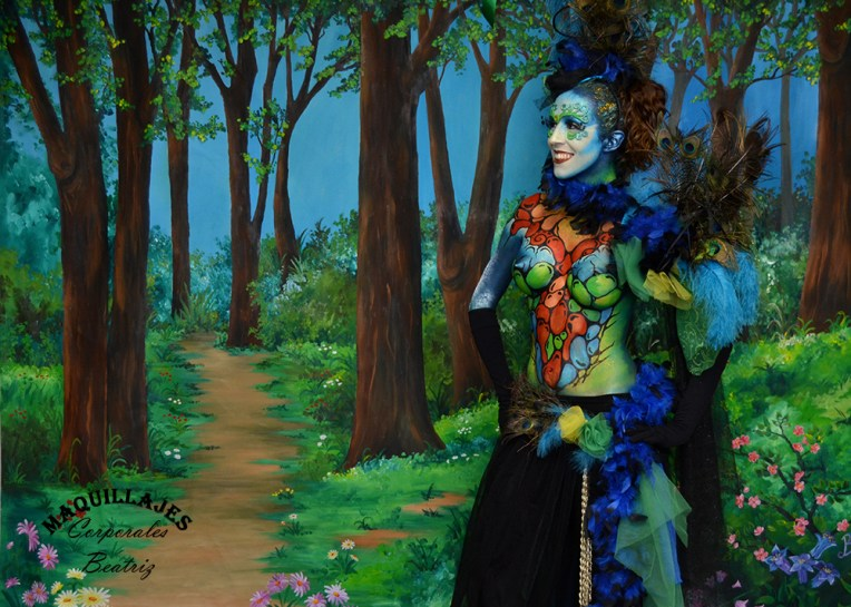 Body paint de hada en un fondo de bosque