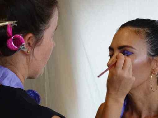 Maquilladora Beatriz realizando un maquillaje