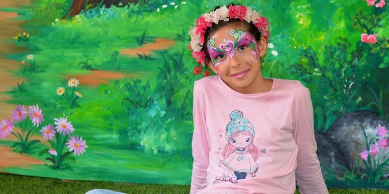 Maquillaje infantil sobre fondo de bosque