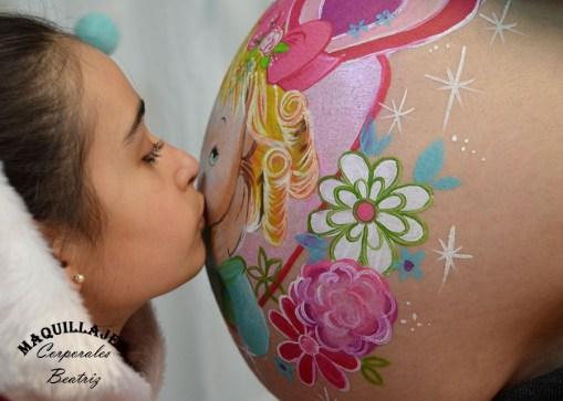 Besito en barriguita de mamá