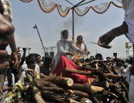 गोपीनाथ मुंडे पंचतत्वात विलीन आपले सर्वांचे लाडके नेते श्री गोपीनाथजी मुंडे अखेर पंचतत्वात विलीन झाले. ज्या मातीत, आपल्या जवळच्या माणसांच्या गर्दीत त्यांचे हात उंचावून स्वागत व्हायचे होते, त्याच गोपीनाथ मुंडे...