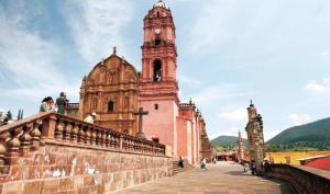 """40TLA.........1/OCT/08.........ADELANTO/POR FIN..........FOTO: JUAN CARLOS REYNOSO. La parroquia de San Pedro y San Pablo (hoy """"Santuario de Nuestra Señora del Carmen"""") EN TLALPUJAHUA, MICHOACAN SEDE DEL PRIMER FESTIVAL DE CINE DE TERROR -MORBIDO- A CELEBRARSE DEL 23 AL 26 DE OCTUBRE."""