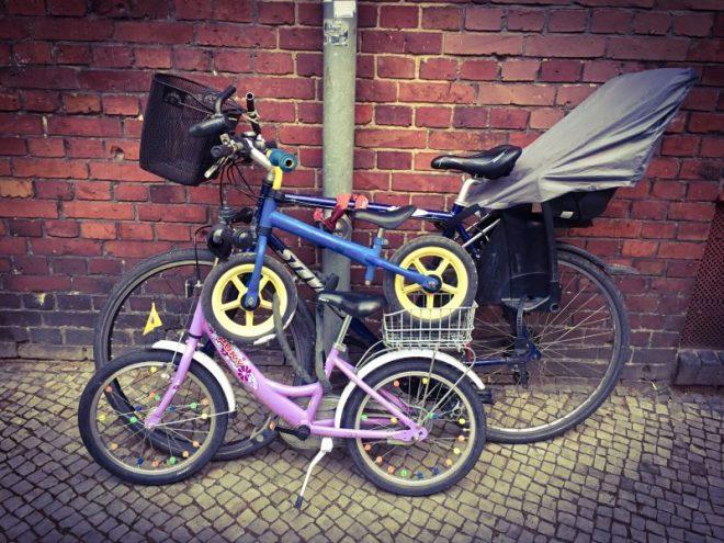 Die drei Fahrräder der Familie in einer Installation