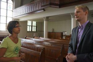 Frau Braunschuh und Herr Krywaldim Gemeindesaal