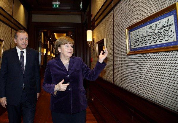 Merkel si umilia davanti ad Erdogan. E impegna l'Europa .