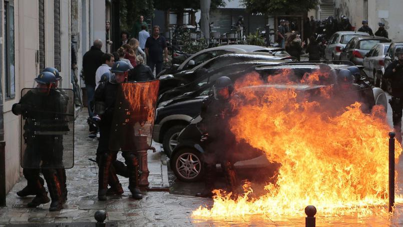 FRANCIA. E' GUERRA CIVILE,  MA LA STAMPA CENSURA: POLIZIOTTI IN RIVOLTA, IMMIGRATI SCATENATI, HOLLANDE BARRICATO ALL'ELISEO