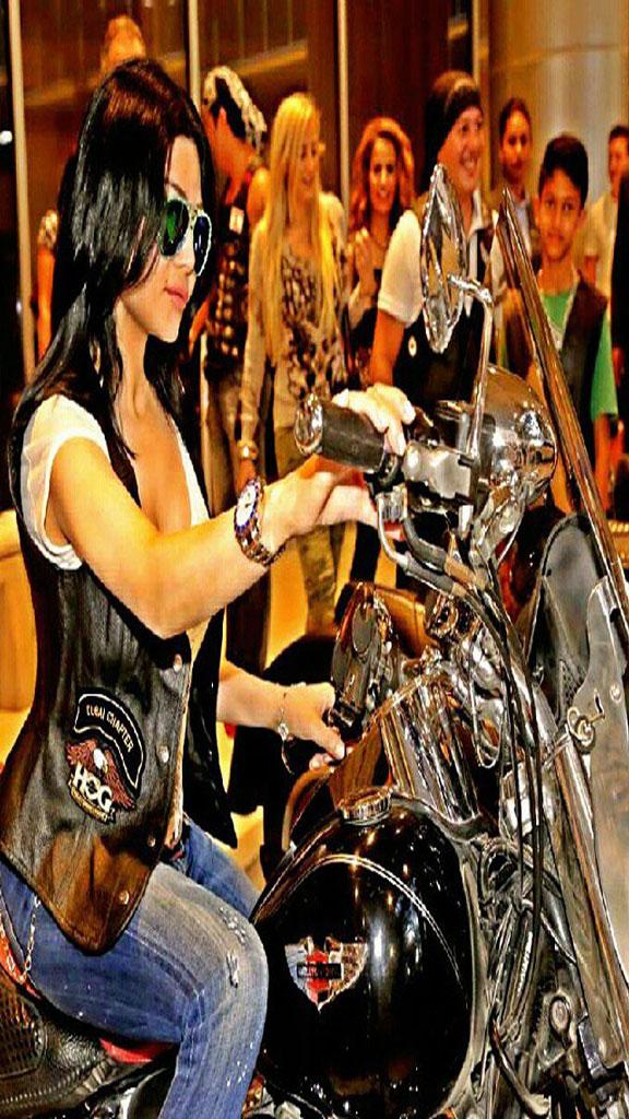 هيفاء وهبي تقود دراجة نارية