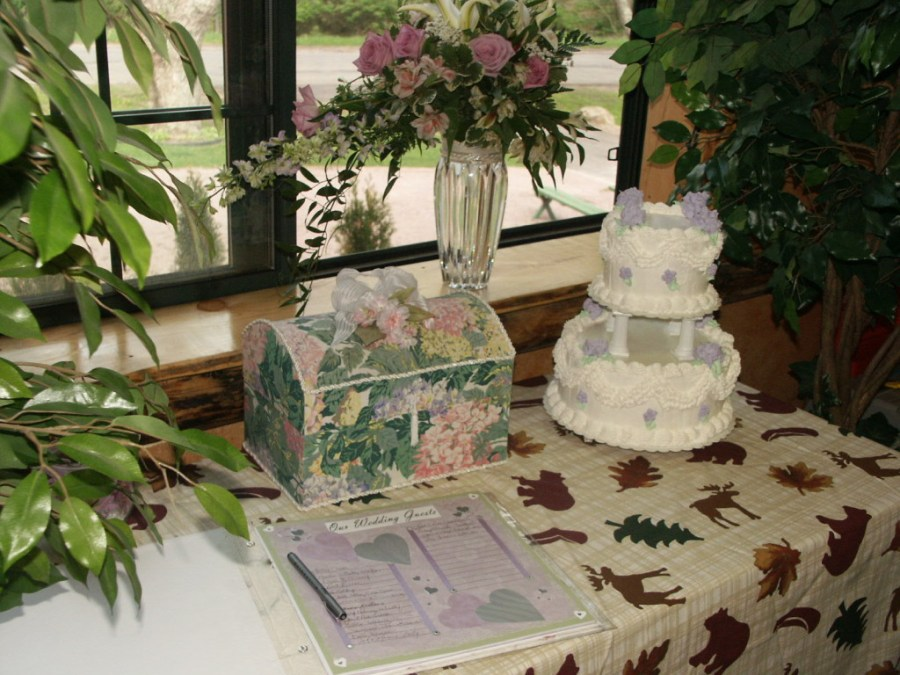 Wedding Cake at Meadowbrook Resort & DellsPackages.com in Wisconsin Dells