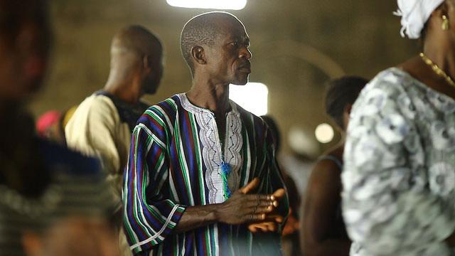 """Ebola-Überlebender William Poopei dankt Gott während eines Gottesdienstes in Paynesville, einem Vorort von Monrovia: """"Durch Gottes Willen habe ich überlebt."""" (Foto: Flickr #ISurvived Ebola)"""